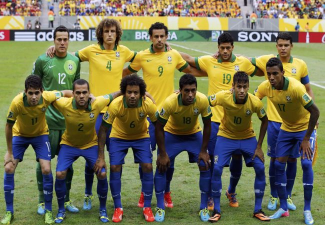 Brazil's players line up for a team photo before their Confederations Cup Group A soccer match against Japan at the Estadio Nacional in Brasilia June 15, 2013. (Front row L to R) Oscar, Dani Alves, Marcelo, Paulinho, Neymar, Luis Gustavo, (back row L to R) Julio Cesar, David Luiz, Fred, Hulk and Thiago Silva. REUTERS/Jorge Silva (BRAZIL - Tags: SPORT SOCCER)