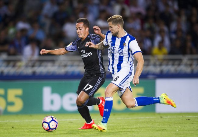 SAN SEBASTIAN, SPAIN - AUGUST 21: Lucas Vazquez of Real Madrid duels for the ball with Inigo Martinez of Real Sociedad during the La Liga match between Real Sociedad de Futbol and Real Madrid at Estadio Anoeta on August 21, 2016 in San Sebastian, Spain. (Photo by Juan Manuel Serrano Arce/Getty Images)